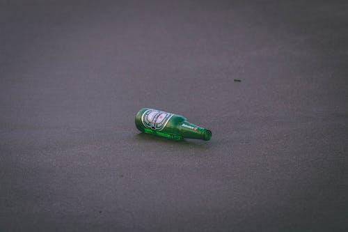 Kostenloses Stock Foto zu alkohol, asphalt, bier, bierflasche