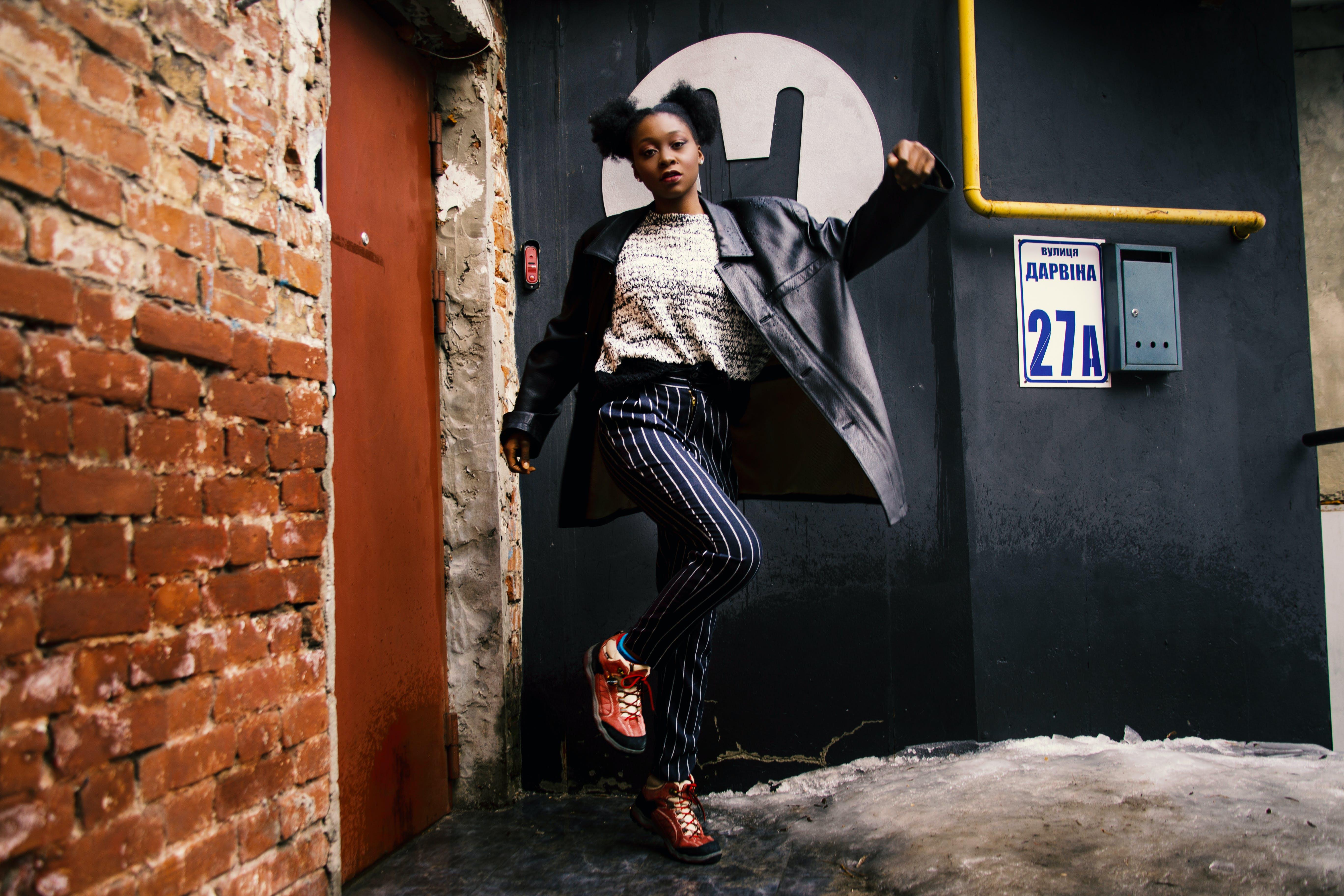 Základová fotografie zdarma na téma afroameričanka, černoška, cihlová stěna, cihlová zeď
