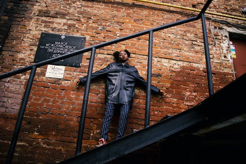 Ảnh lưu trữ miễn phí về áo khoác da màu đen, cầu thang, chụp ảnh góc thấp, gạch