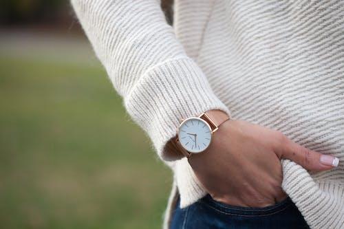 Ingyenes stockfotó Analóg óra, karóra, nő kezét, nők nézni témában
