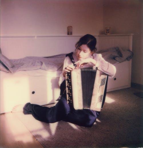 Бесплатное стоковое фото с аккордеон, держать, женщина