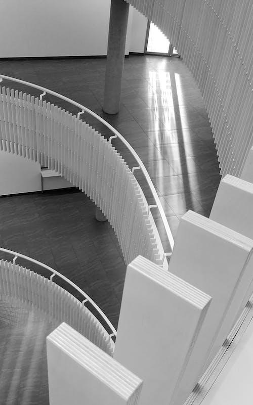Immagine gratuita di architettura, bianco e nero, contemporaneo, corrimani