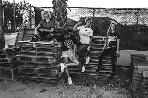 Základová fotografie zdarma na téma černobílý, čtyři, dospělý, dřevěný