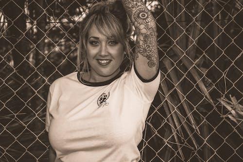 Бесплатное стоковое фото с Взрослый, выражение лица, девочка, забор