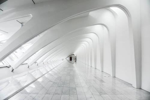 Immagine gratuita di architetto, architettura, bianco e nero, corridoio
