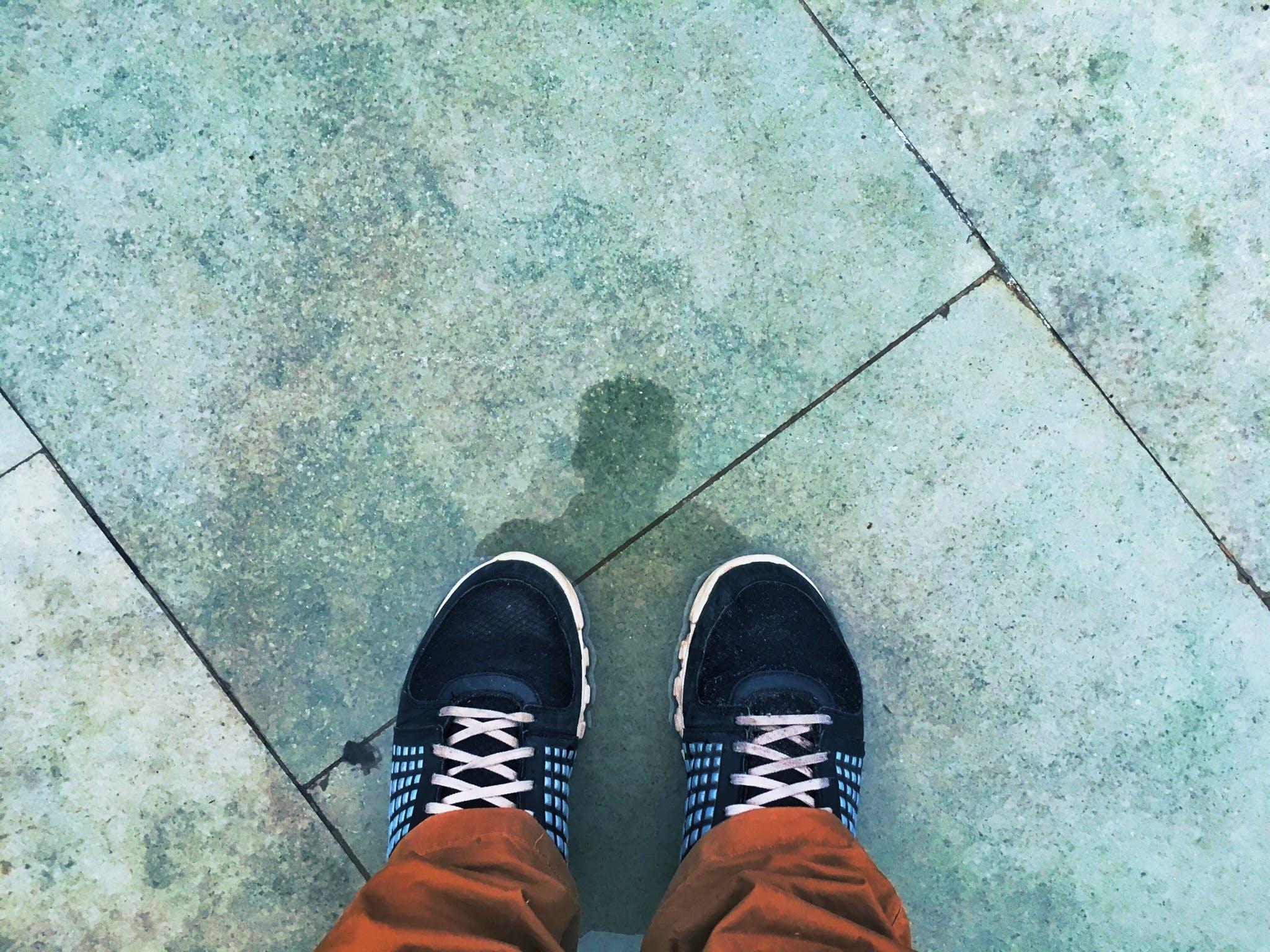 Kostenloses Stock Foto zu fußbekleidung, füße, person, schatten
