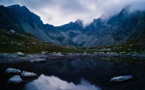 Δωρεάν στοκ φωτογραφιών με αλπική λίμνη, βουνά, βουνό, βράχια
