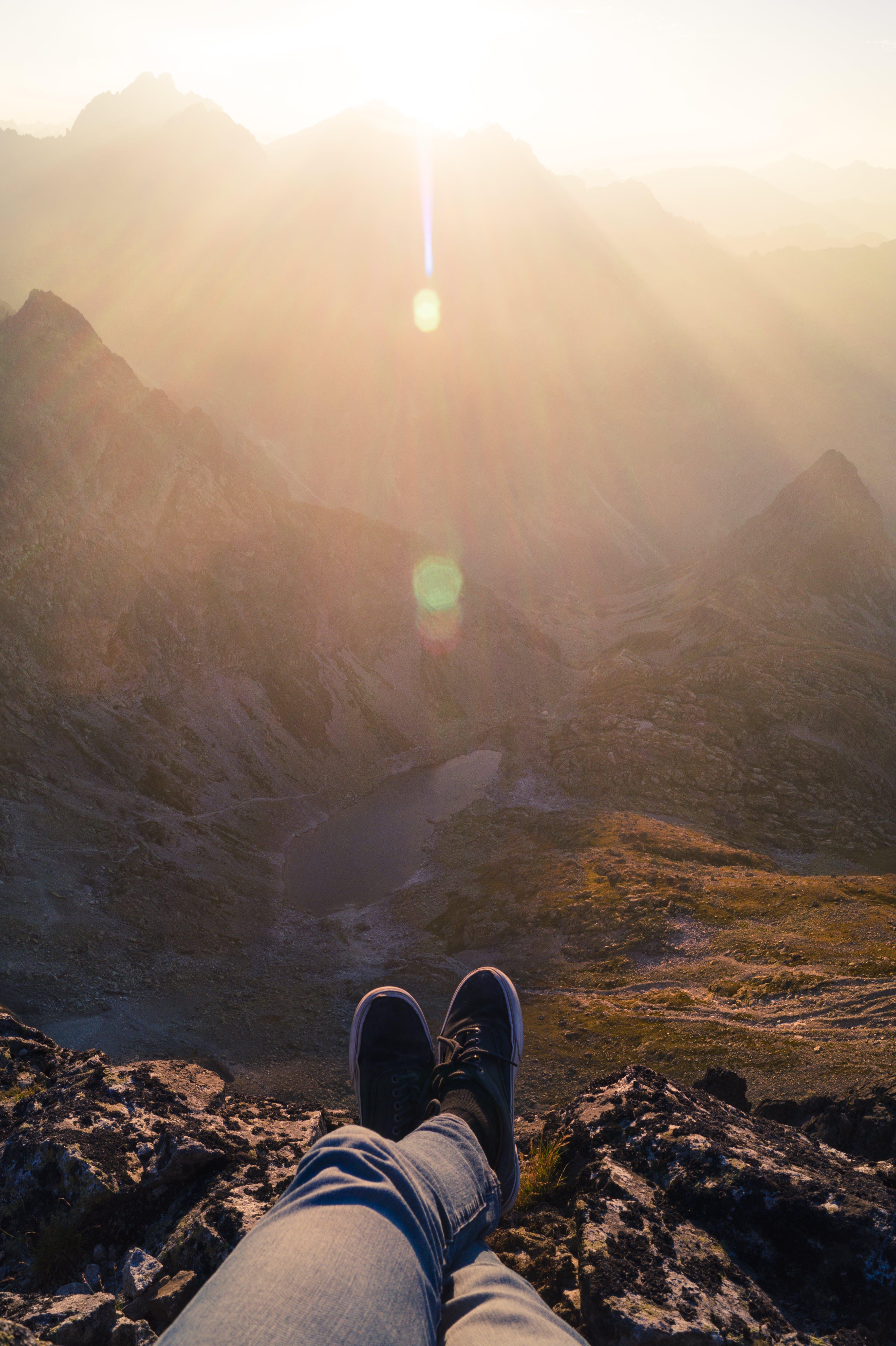 Kostenloses Stock Foto zu berge, sonnenuntergang, person, füße