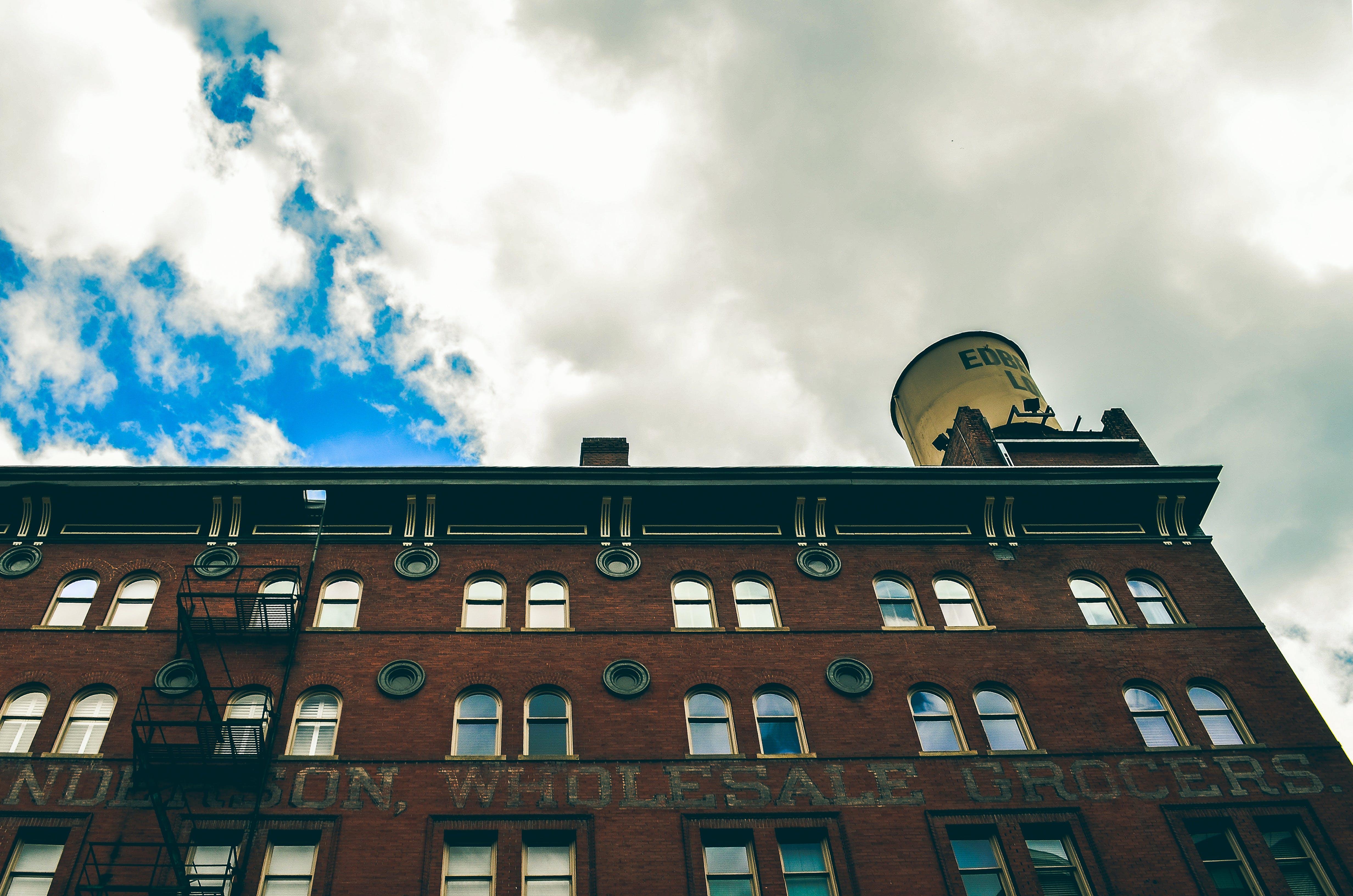 Foto stok gratis Arsitektur, awan, barang kaca, bidikan sudut sempit