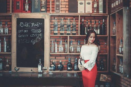 Fotobanka sbezplatnými fotkami na tému alkoholický nápoj, alkoholové fľaše, Ážijčanka, ázijské dievča