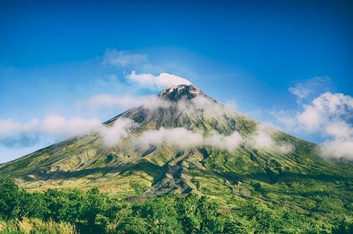 ağaçlar, bulut, bulutlar, dağ içeren Ücretsiz stok fotoğraf