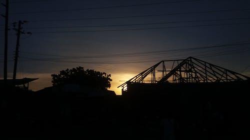 Fotobanka sbezplatnými fotkami na tému opustená budova, večerné slnko, vtvare siluety, zlaté slnko