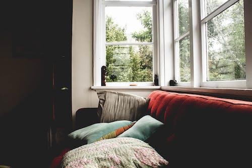 Fotos de stock gratuitas de alféizar, sofá, ventanas