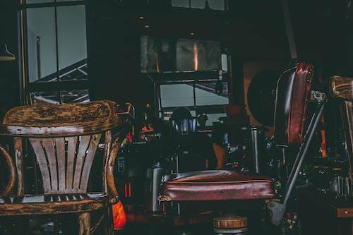 Fotos de stock gratuitas de asiento, asiento viejo, oscuro, sentándose