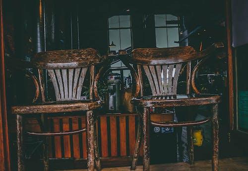Fotos de stock gratuitas de asiento, asiento viejo, oscuro, Pareja