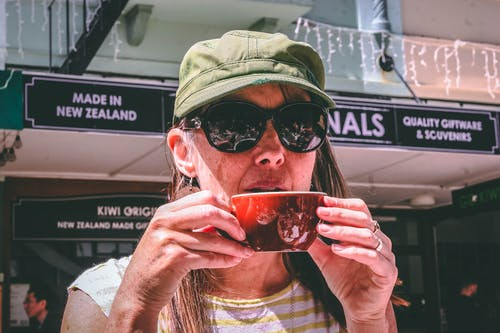 Fotos de stock gratuitas de beber, copa, Gafas de sol, gorra