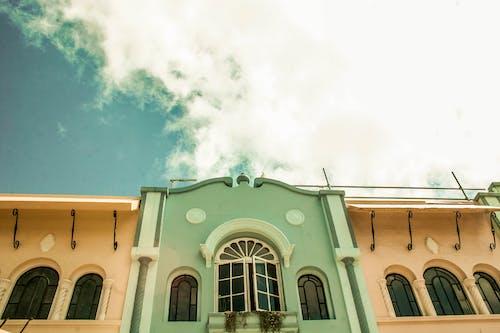 Fotos de stock gratuitas de cielo, edificio, edificio viejo, frente de la tienda