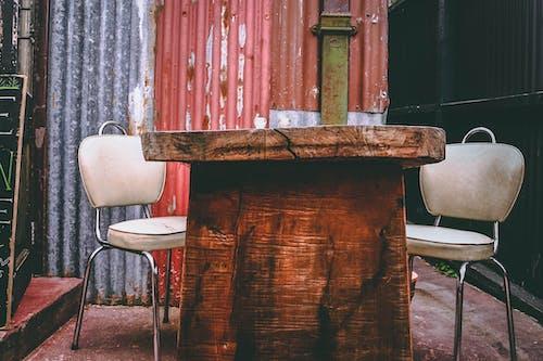 Fotos de stock gratuitas de asiento, asientos viejos, encuentro, madera