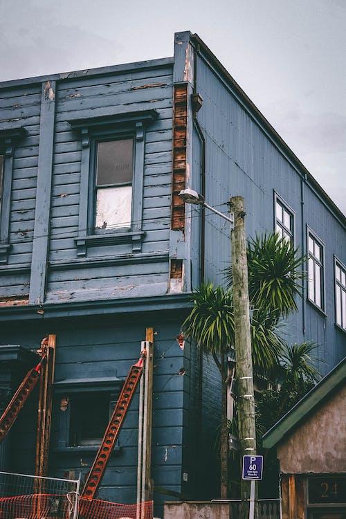 Fotos de stock gratuitas de arquitectura, edificio, poste de luz, ventanas