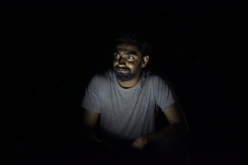 Foto stok gratis gelap, laki-laki, mencari, orang