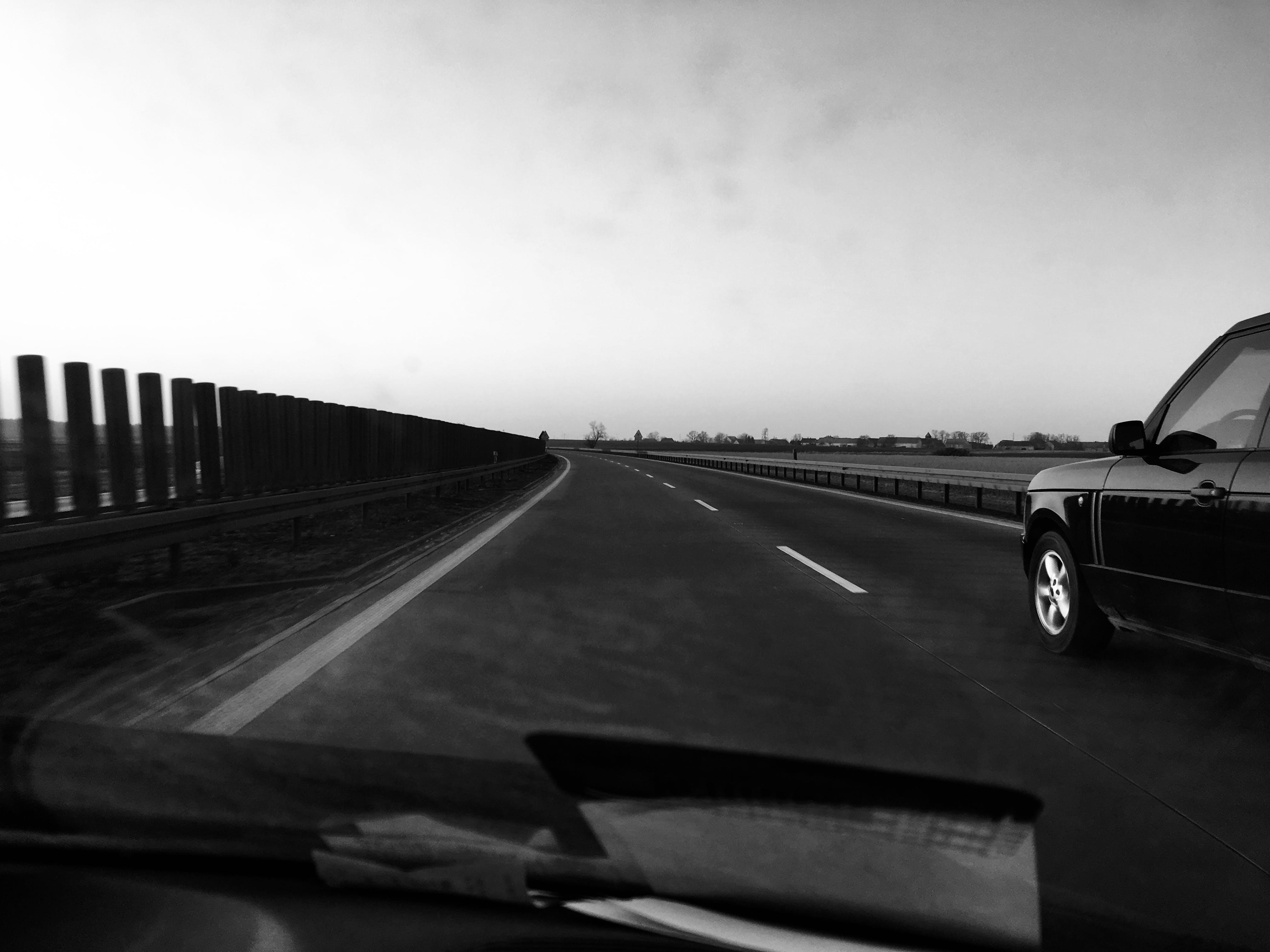 Kostenloses Stock Foto zu abenteuer, asphalt, autobahn, autos