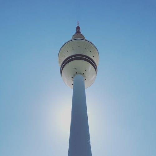 низкоугольная фотография бело бежевой бетонной башни