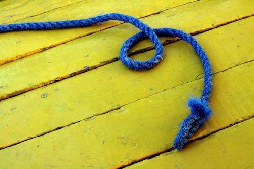 คลังภาพถ่ายฟรี ของ สีน้ำเงิน, สีเหลือง, เชือก, ไม้