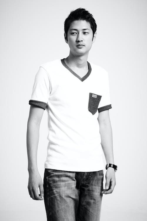 Fotos de stock gratuitas de asiático, blanco y negro, casual, chaval