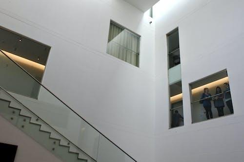 Gratis lagerfoto af bygning, folk, hvid