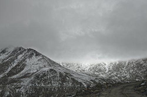 Immagine gratuita di altitudine, bianco e nero, cielo, freddo