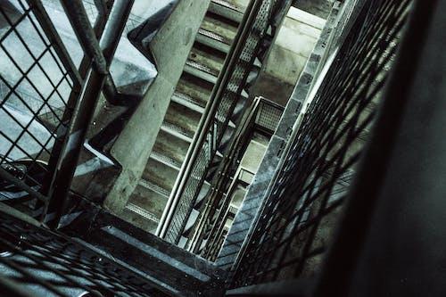 Δωρεάν στοκ φωτογραφιών με κατεβαίνω, σκάλα, σκάλες