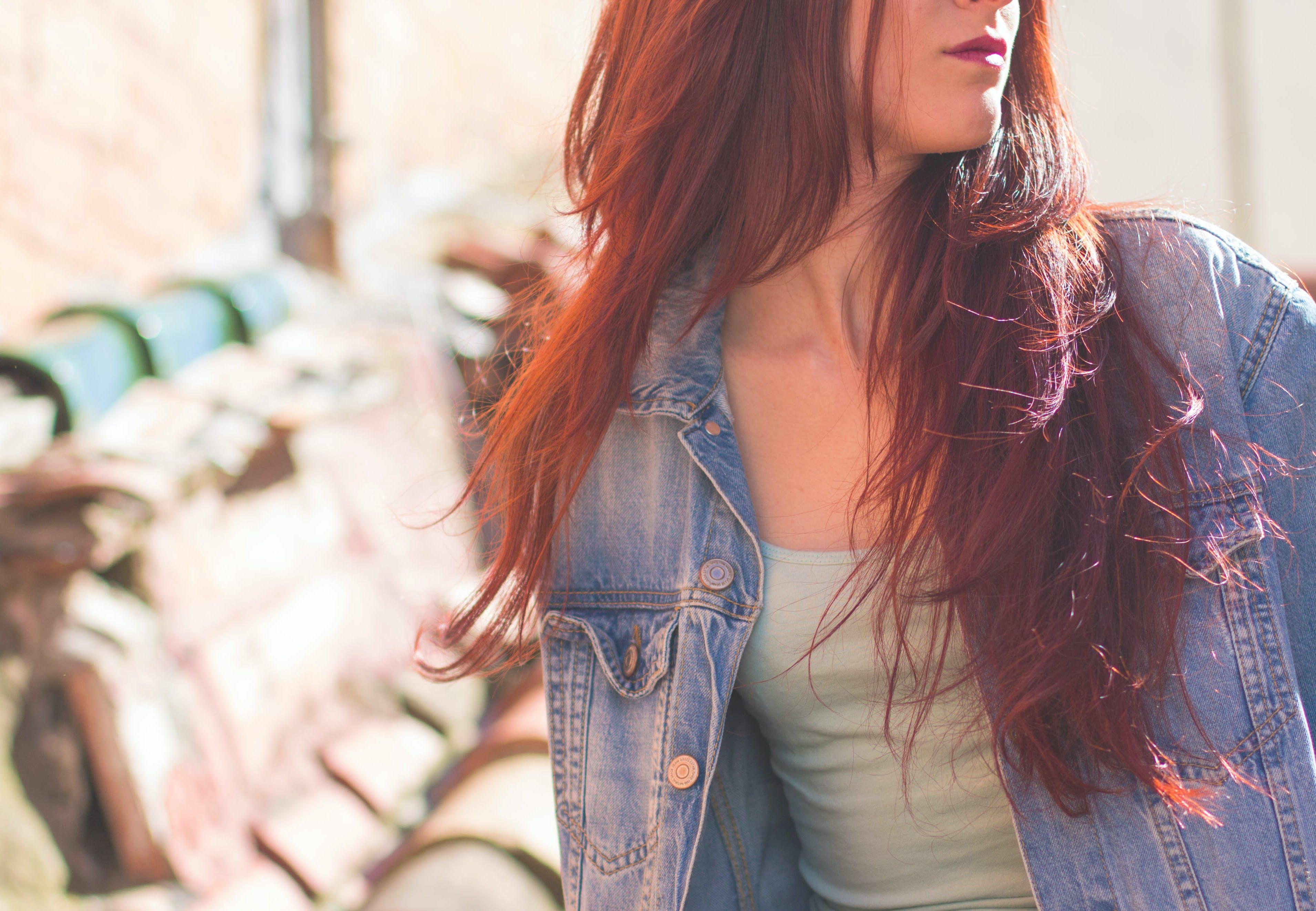 Kostenloses Stock Foto zu frau, haar, jacke, jeansjacke