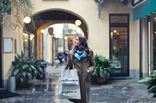 Foto stok gratis bagus, bangunan, berambut cokelat, berbelanja