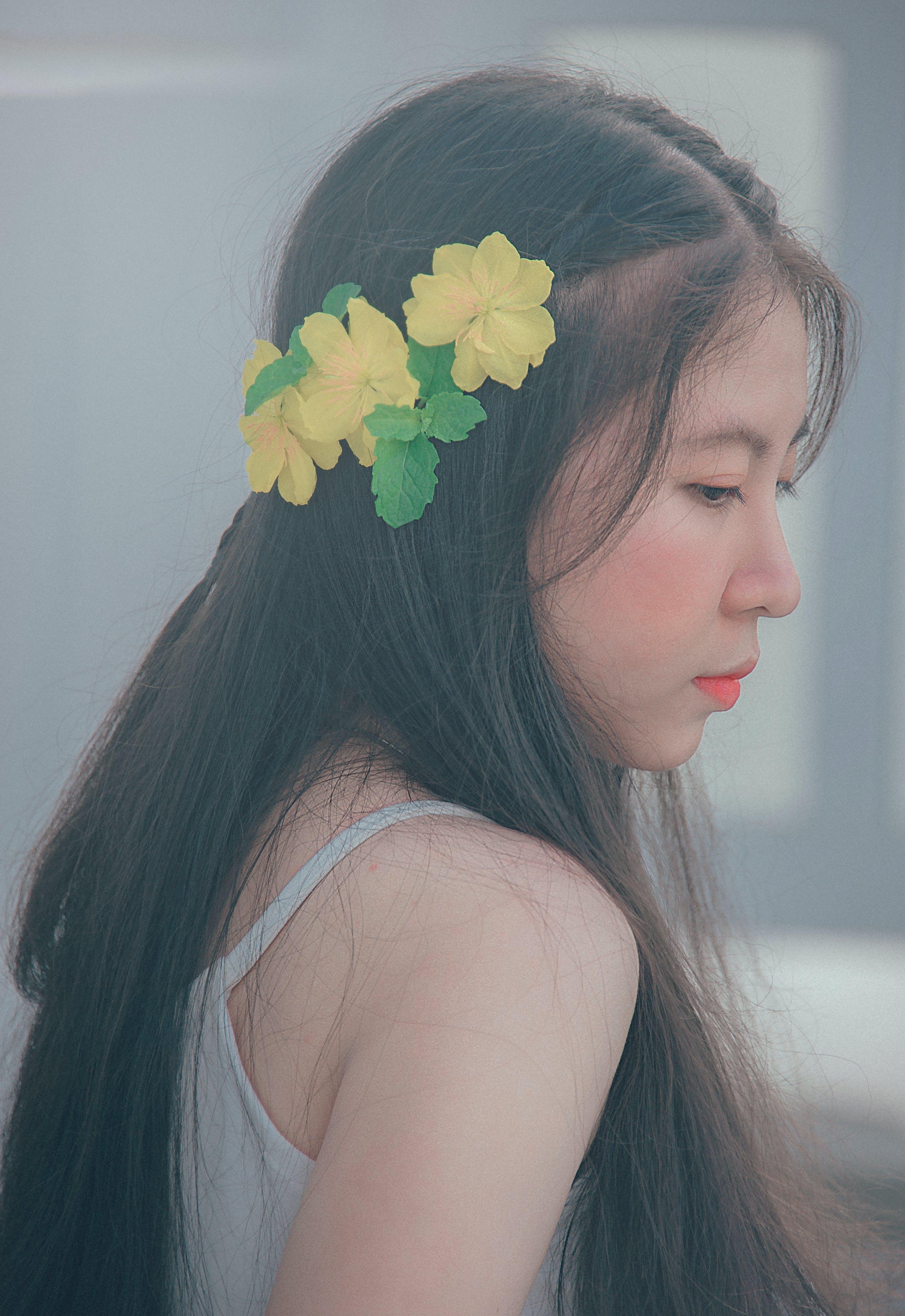 Asyalı kadın, bayan, çekici; cazip, Çiçekler içeren Ücretsiz stok fotoğraf