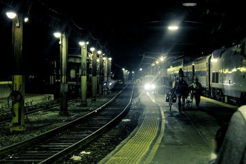 Darmowe zdjęcie z galerii z dworzec kolejowy, kolej, linia kolejowa, ludzie