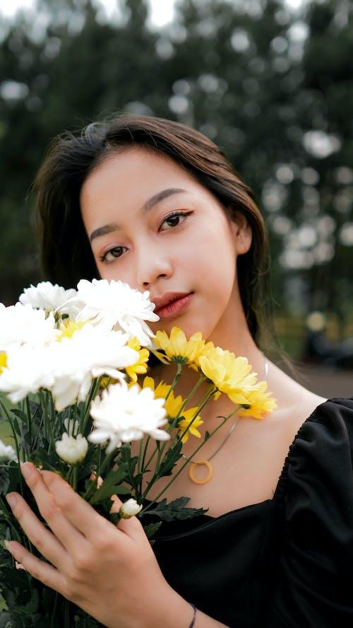 Gratis stockfoto met Aziatische vrouw, bloemen, fotomodel