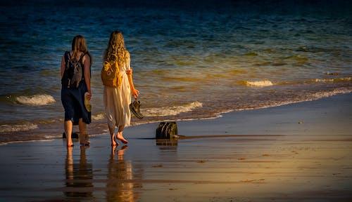 Kostnadsfri bild av flicka, gående, solnedgång