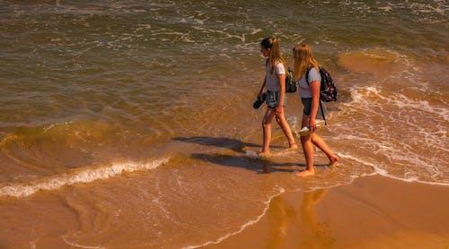 Kostnadsfri bild av flicka, gående, strand
