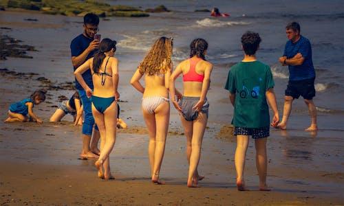 Kostnadsfri bild av flicka, flickor, gående