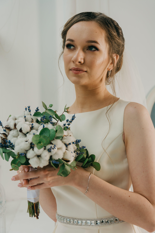 Безкоштовне стокове фото на тему «біла сукня, букет, весілля, весільна сукня»