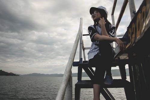 bayan, bir başına, bulutlu, dağ içeren Ücretsiz stok fotoğraf