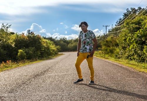bağımsız, erkekler, yol içeren Ücretsiz stok fotoğraf
