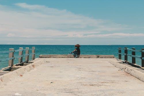 在海邊, 天性, 天空, 女人 的 免费素材照片