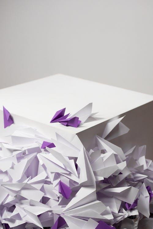 Foto d'estoc gratuïta de avió de paper, caixa blanca, conceptual
