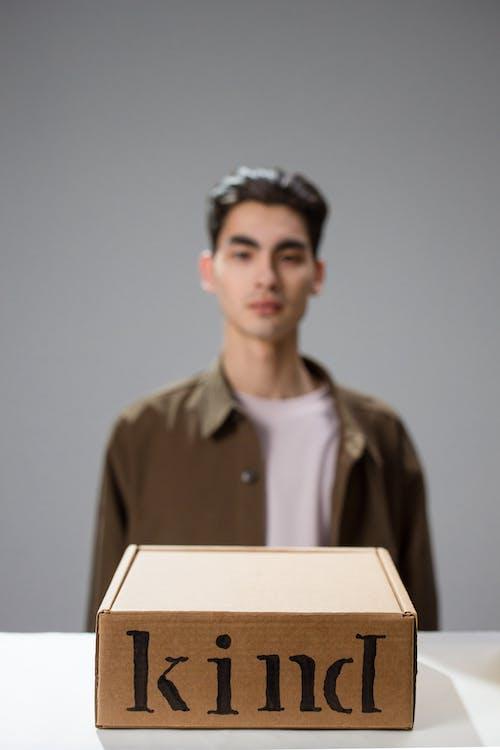 Gratis arkivbilde med hvit overflate, konseptuell, mann