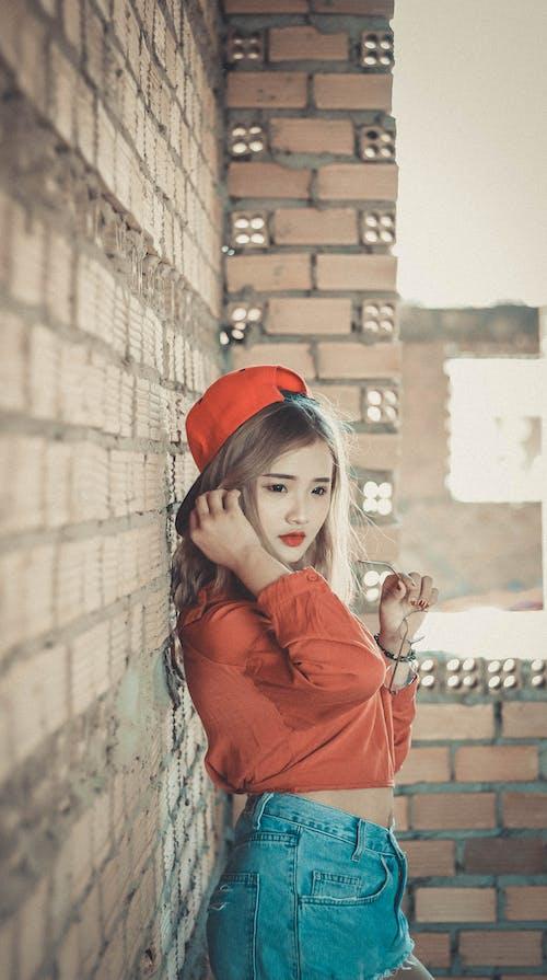 aşındırmak, Asyalı kadın, duvar, güze içeren Ücretsiz stok fotoğraf