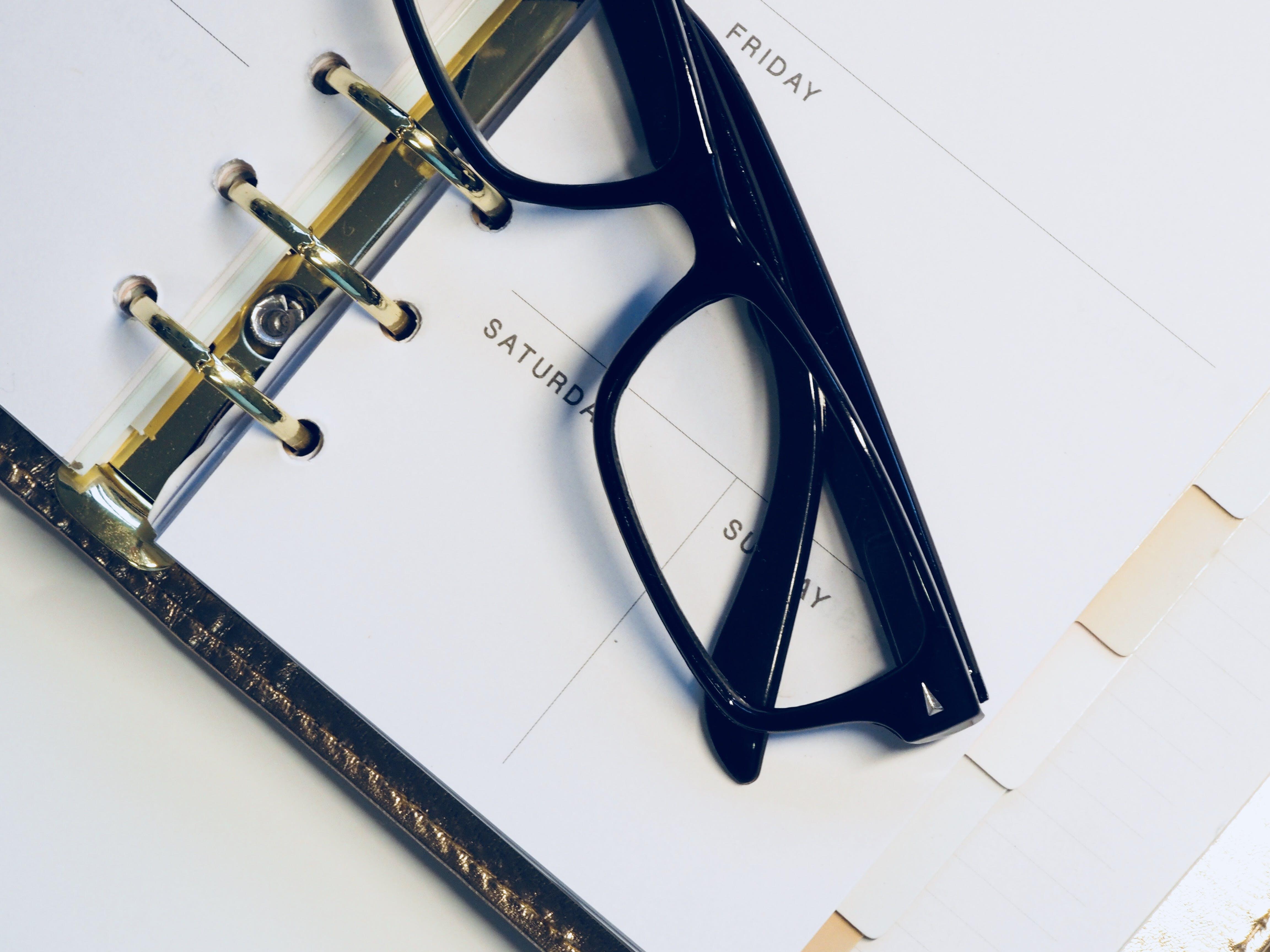 Kostenloses Stock Foto zu brille, brillen, kalender, planer