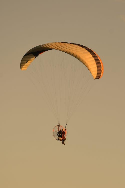 Parasut Terbang Di Udara