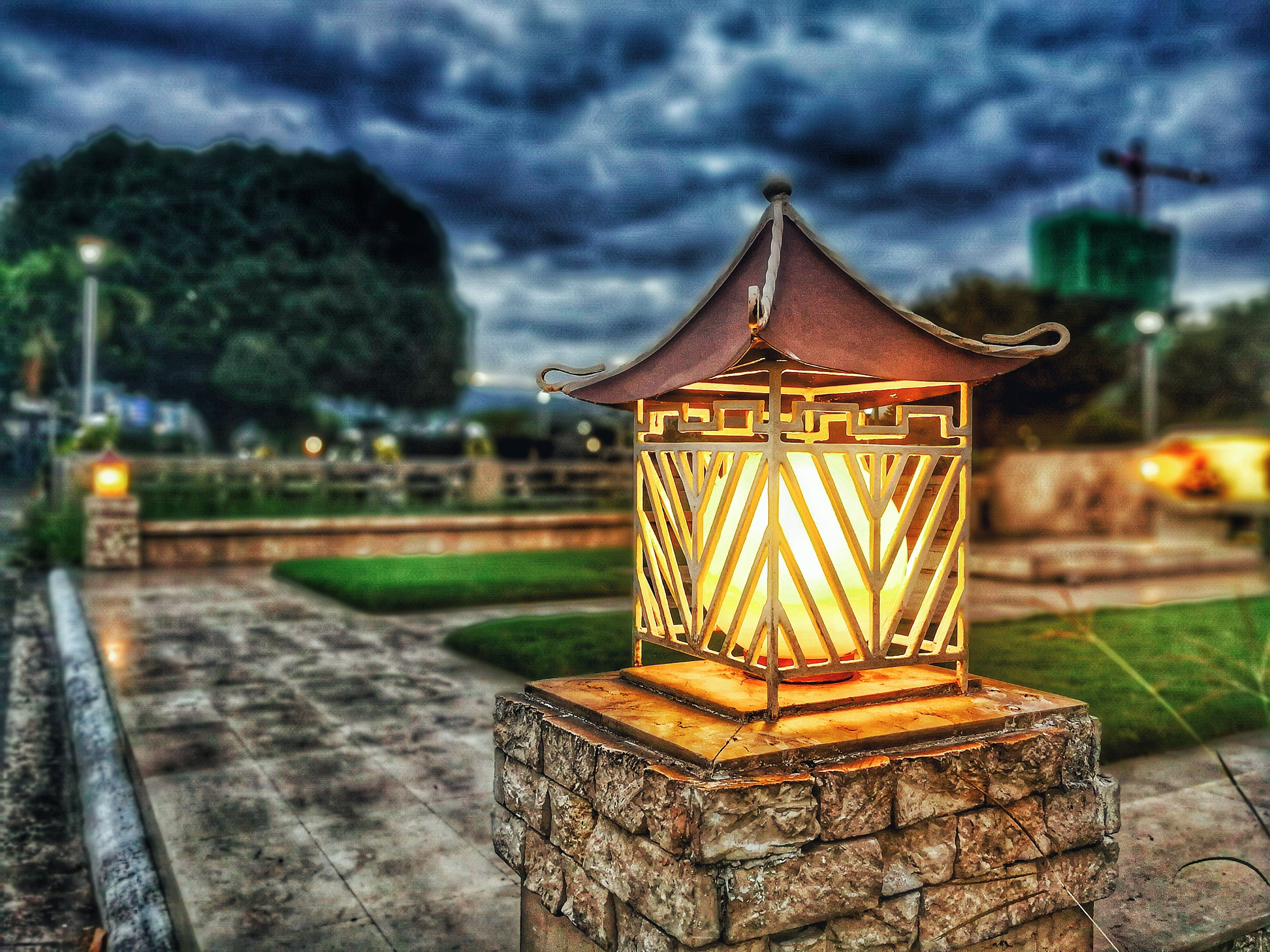 Fotobanka sbezplatnými fotkami na tému lampy, mraky, osvetlený, stĺp osvetlenia