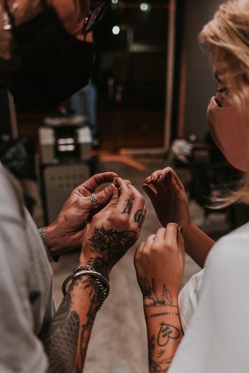 Foto profissional grátis de adulto, amor, anéis de ouro